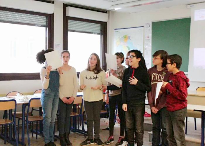 Les élèves sont en train de chanter devant public